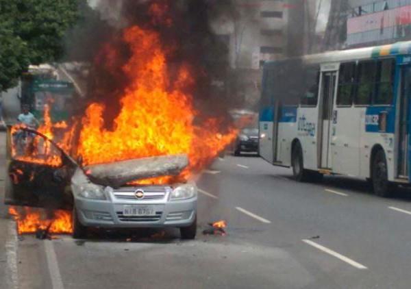 Fabricante e concessionária deverão indenizar dona de carro que pegou fogo após 40 dias da compra.